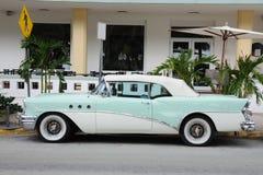 Altes Auto in Miami Beach lizenzfreie stockbilder