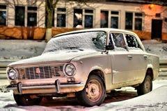 Altes Auto nachts auf der Straße Lizenzfreies Stockbild