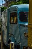Altes Auto parkte auf der Straße, der Wohngebäudehintergrund Stockfotografie