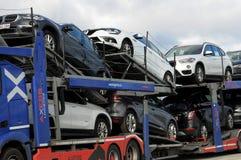 ALTES AUTO SIND RANSPORTED DURCH LKW Lizenzfreies Stockbild