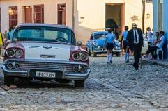 Altes Auto und ein lokaler Mann in Trinidad, Kuba lizenzfreie stockfotos