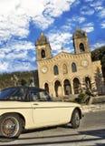 Altes Auto und Kathedrale von Gibilmanna Lizenzfreie Stockfotos