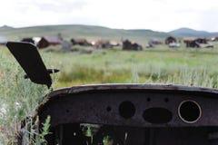 Altes Auto verlassen in einer Geisterstadt Lizenzfreies Stockfoto