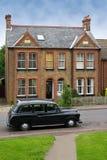 Altes Auto vor einem typischen Haus in Harlow, Großbritannien Lizenzfreie Stockbilder
