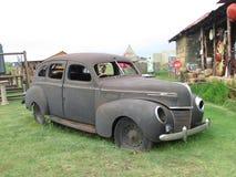 Altes Automobil an einem Antiquitätenladen Lizenzfreies Stockbild