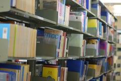 Altes Bücherregal mit Büchern vereinbarte ordentlich in einer großen Vielfalt von großen Bibliotheken stockfotografie