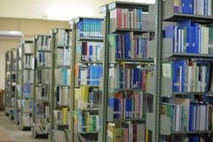 Altes Bücherregal mit Büchern vereinbarte ordentlich in einer großen Vielfalt von großen Bibliotheken stockfotos