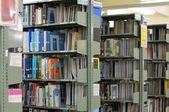 Altes Bücherregal mit Büchern vereinbarte ordentlich in einer großen Vielfalt von großen Bibliotheken stockbilder