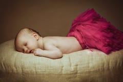 1-2 altes Baby des Monats, das auf Kissen im Ballerinarock schläft Lizenzfreie Stockfotografie