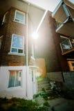 Altes Backsteinhaus und Blendenfleck im schlechten Trois-Rivierebereich Lizenzfreies Stockfoto
