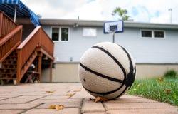 Altes baskeball auf dem Patio Lizenzfreies Stockbild
