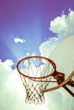 Altes Basketballbrett und -band auf blauem Himmel mit Wolkenhintergrund Stockfotografie