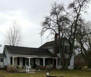 Altes Bauernhaus im Land stockfotografie