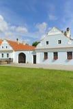 Altes Bauernhaus mit blauem Pflaster Lizenzfreie Stockfotografie