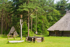 Altes Bauernhaus mit einer Vertiefung Lizenzfreies Stockfoto