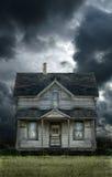 Altes Bauernhaus-stürmischer Himmel lizenzfreies stockbild