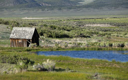 Altes Bauernhof-Haus und Teich Stockfotos