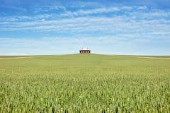 Altes Bauernhofhaus auf dem Gebiet des Weizens stockbilder