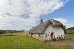 Altes Bauernhofhaus mit Fahrrad Stockbilder
