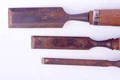 Altes benutztes flaches Meißelholz, das Holzbearbeitungswerkzeuge auf dem weißen Hintergrundrost-Zimmereiwerkzeug lokalisiert sch Lizenzfreie Stockfotografie
