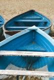 Altes benutztes hölzernes Reihenboot auf einem Sand des sandigen Strandes Lizenzfreies Stockfoto