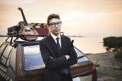 Altes billiges Auto und Gitarre des Musikers Stockfoto