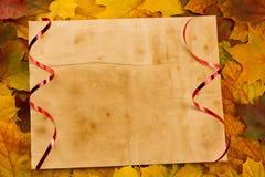 Altes Blatt Papier des Weinlesefreien raumes auf bunten Ahornblättern thanksgiving Stockfoto