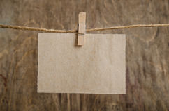 Altes Blatt Papier hängend an der Wäscheleine auf Wäscheklammer Lizenzfreie Stockfotografie