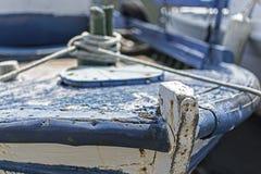 Altes Blau gemaltes hölzernes Fischerboot gebunden mit Seilen Lizenzfreies Stockfoto