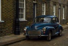 Altes blaues Auto parkte auf der Straße, altes London, Altbau in L Stockbilder