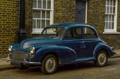 Altes blaues Auto parkte auf der Straße, altes London, Altbau in L Stockfotos