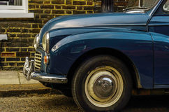 Altes blaues Auto parkte auf der Straße, altes London, Altbau in L Lizenzfreie Stockfotografie