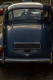Altes blaues Auto parkte auf der Straße, altes London, Altbau in L Stockfotografie
