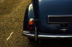 Altes blaues Auto parkte auf der Straße, altes London, Altbau in L Lizenzfreie Stockbilder
