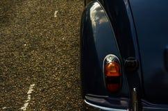 Altes blaues Auto parkte auf der Straße, altes London, Altbau in L Stockfoto