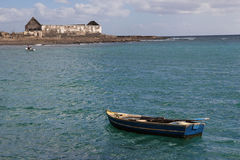 Altes blaues Fischerboot und Ruinen stockfoto