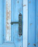 Altes blaues grunge Türdetail, Griff Stockbild