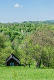 Altes Blockhaus auf einem Hügel Lizenzfreie Stockfotos