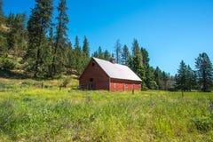 Altes Blockhaus auf Ranch in den Bergen lizenzfreies stockfoto
