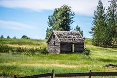 Altes Blockhaus auf Ranch in den Bergen stockfotografie
