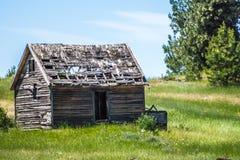 Altes Blockhaus auf Ranch in den Bergen stockfotos