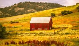 Altes Blockhaus auf Ranch in den Bergen stockbild