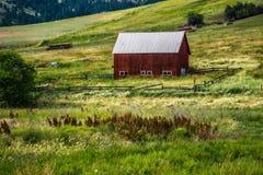 Altes Blockhaus auf Ranch in den Bergen lizenzfreies stockbild