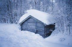 Altes Blockhaus bedeckt mit Schnee Lizenzfreie Stockfotografie