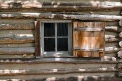 Altes Blockhaus-Fenster Stockfotografie