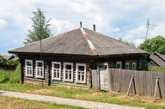 Altes Blockhaus im Dorf Lizenzfreie Stockbilder
