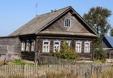 Altes Blockhaus im Land Lizenzfreies Stockbild