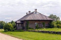 Altes Blockhaus mit einem Fenster Stockfotos