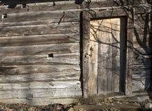 Altes Blockhaus mit geschlossener Tür Stockfoto