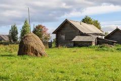 Altes Blockhaus mit Heuschober im Dorf, sonniger Herbsttag Stockfotos